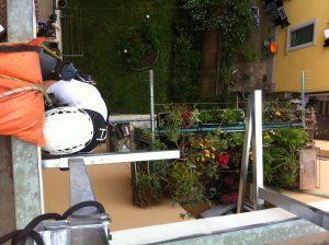 Montaggio parapetti provvisori in via del Pratello 6