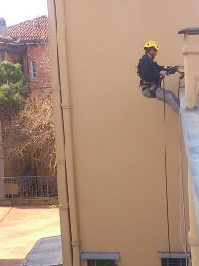 Montaggio parapetti provvisori in via delle Fragole